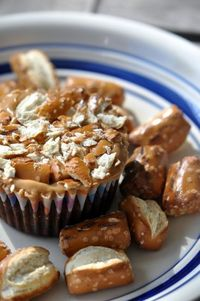 chocolate cupcakes with pb pretzel icing