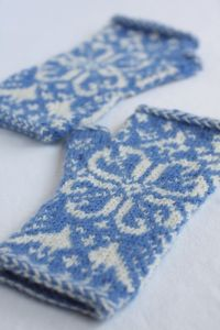 Treescape Fingerless Mittens | Free patter on italiandishknits.com