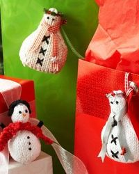Free knitting pattern: Lily Sugar'n Cream - Snowmen Ornaments. Perfect for your tree or gift-wrapping adventures, little snowmen with scarves add cheer to every wintertime adventure.
