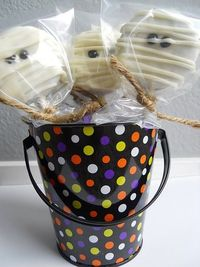 white chocolate dipped oreo mummy pops